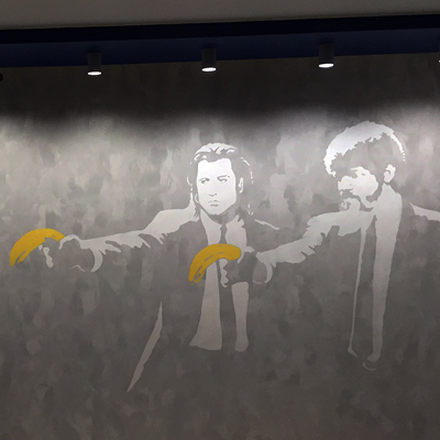 трафарет на стене, криминальное чтиво, криминальное чтиво трафарет в интерьере, криминальное чтиво трафарет, трафарет бэнкси, бэнкси интерьер, граффити в интерьере, трафаретная роспись, трафаретная роспись в интерьере, граффити, роспись стен, роспись стен трафаретом, Санкт-Петербург, Москва, vsevdecor, всевдекор, бэнкси