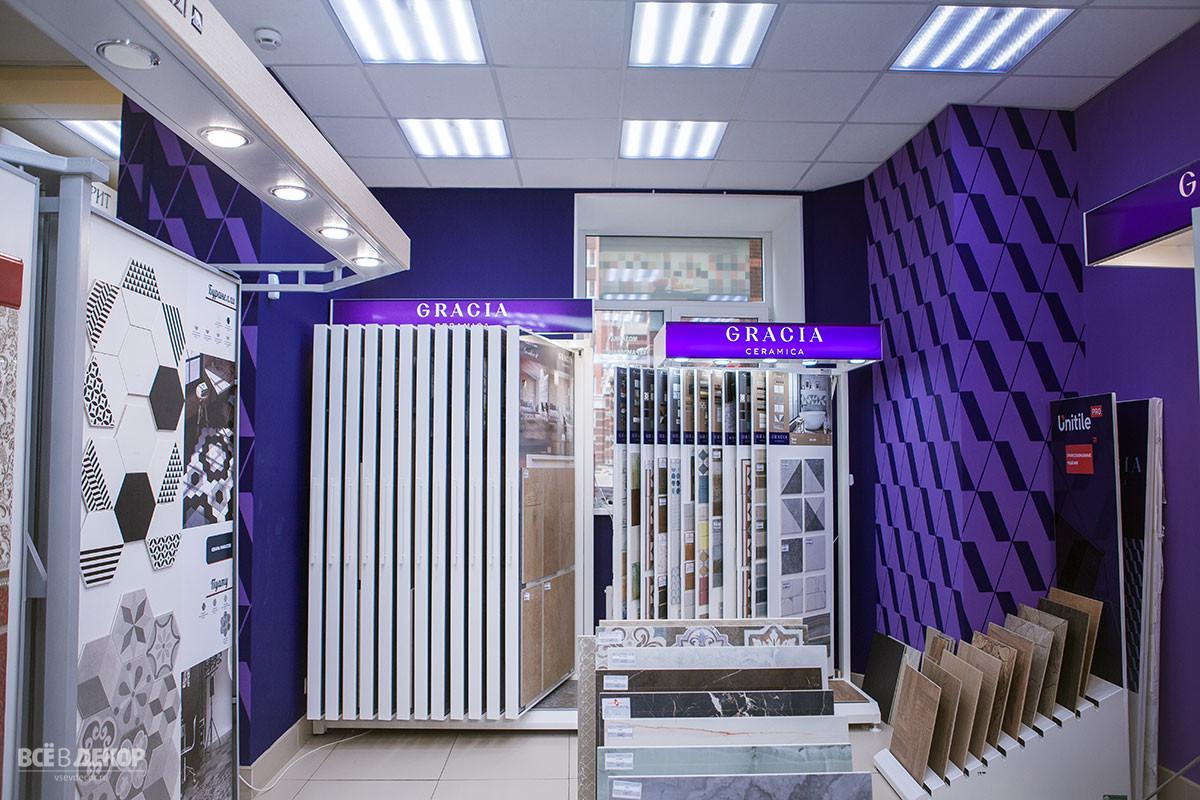 стены в магазине офисе, паттерн на стене, орнамент на стене, брендирование стен орнаментом в интерьере, офис керамическая плитка gracia, всевдекор, vsevdecor, роспись стен, фиолетовые стены в интерьере