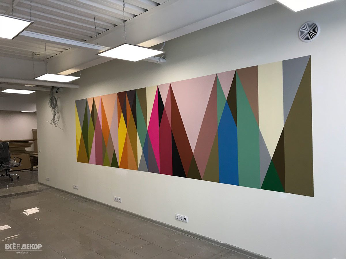 паттерн треугольники на стене, оформление стен в офисе